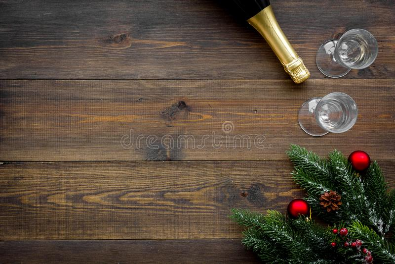 Abeto vermelho, garrafa do champanhe e vidros para a celebração do Natal no modelo de madeira da opinião superior do fundo fotografia de stock royalty free