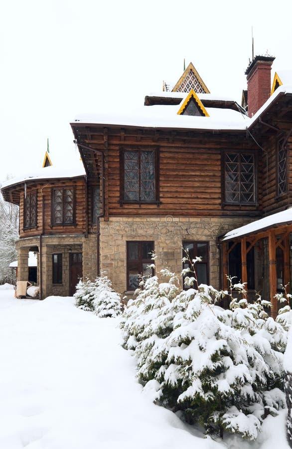 Abetos de madera de la casa y del invierno del país imágenes de archivo libres de regalías