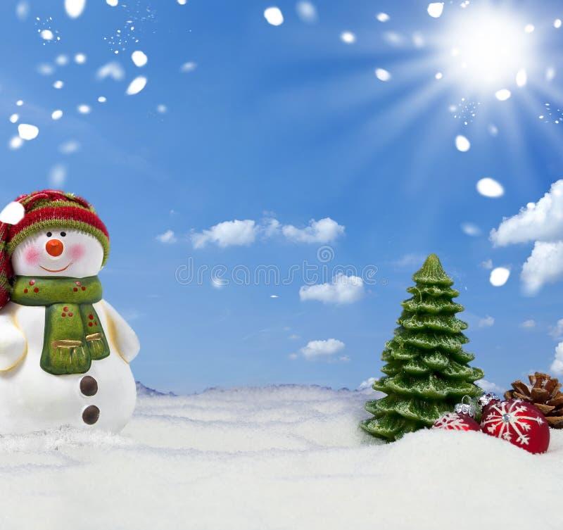 Abetos y pizarra con Feliz Navidad de la nieve y de los copos de nieve fotos de archivo libres de regalías