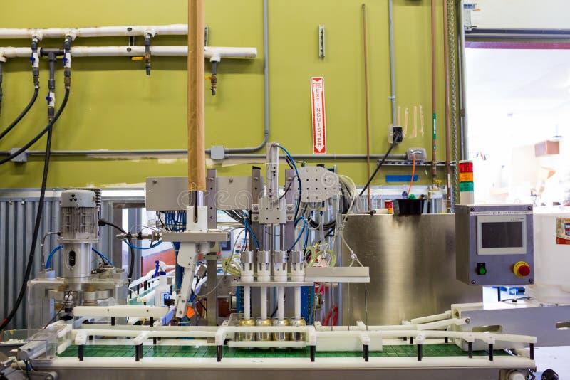 Abfüllende Dosenabfüllanlage an der Brauerei stockbild