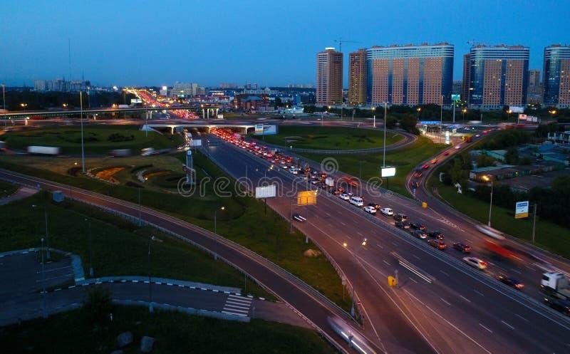 Abfahrt von den Stadt auf der Autobahn Enthusiasten lizenzfreie stockfotos