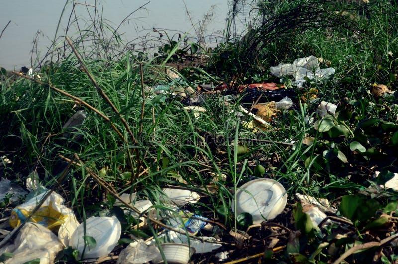 Abfall auf der der Mekong-Bank in Kambodscha lizenzfreie stockbilder