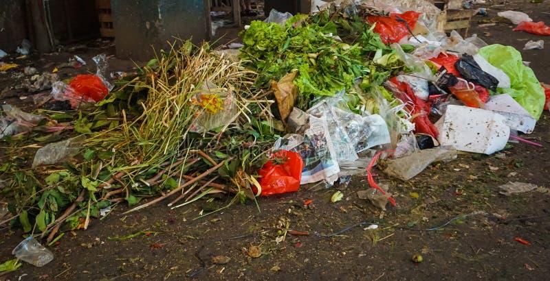 Abfall des Gemüses auf einer Ecke eines traditionellen Marktes in Jakarta Indonesien stockfotografie