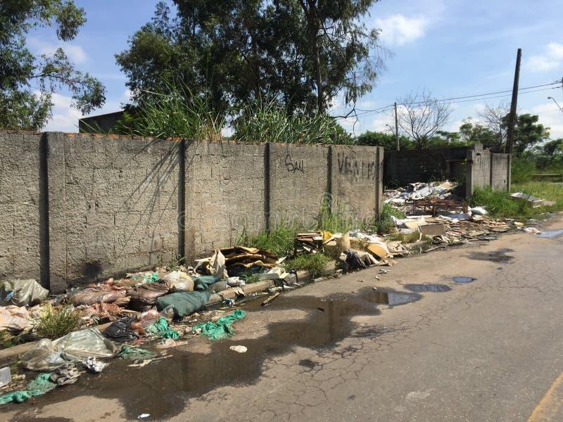 Abfall entleert in die Straße stockbilder