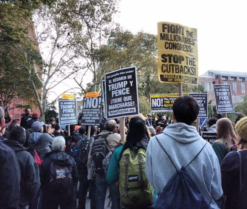 Abfall-Faschismus-Sammlung, Anti-Trumpf-Protest, Washington Square Park, NYC, NY, USA stockbild