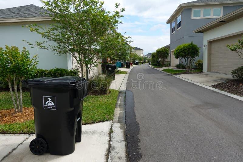 Abfall heraus auf der Beschränkung stockbilder