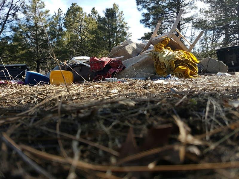 Abfall im Wald lizenzfreie stockbilder