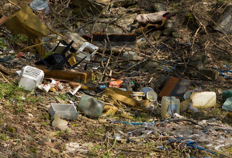 Abfall im Wald - Dump im Wald stockbilder
