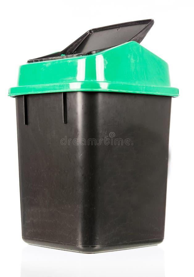 Abfall lokalisierter schmutziger alter schwarzer Behälter lokalisiert stockfotografie