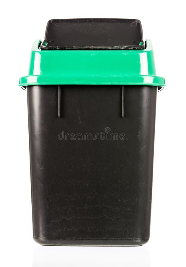 Abfall lokalisierter schmutziger alter schwarzer Behälter lokalisiert stockfoto