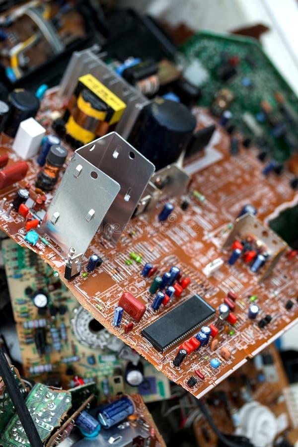 Abfall von Brettelektronik, Mikrokreisläufe, Kondensatoren lizenzfreie stockfotos
