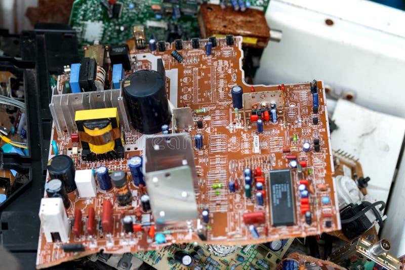 Abfall von Brettelektronik, Mikrokreisläufe, Kondensatoren lizenzfreies stockfoto