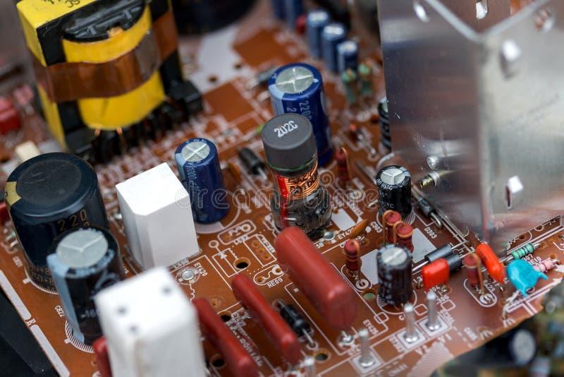 Abfall von Brettelektronik, Mikrokreisläufe, Kondensatoren stockfotos