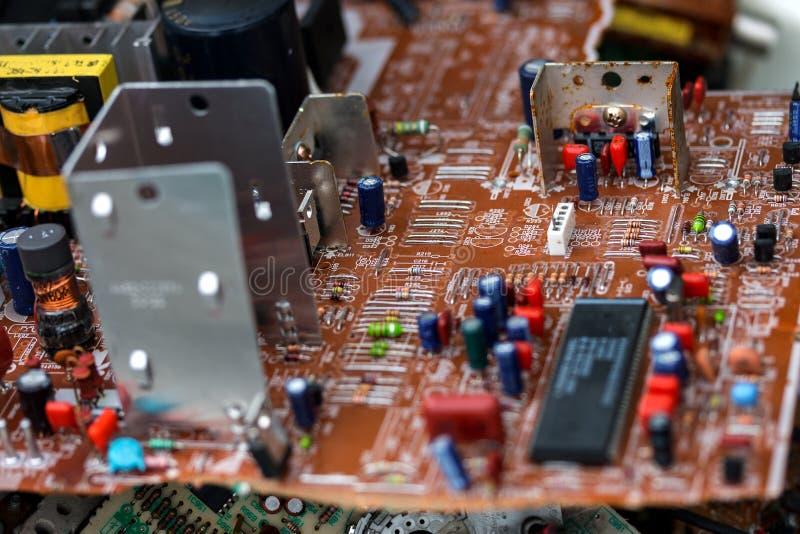 Abfall von Brettelektronik, Mikrokreisläufe, Kondensatoren stockbilder