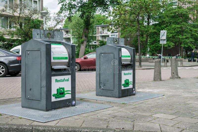 Abfallbeh?lter auf der Stra?e in Amsterdam lizenzfreies stockbild