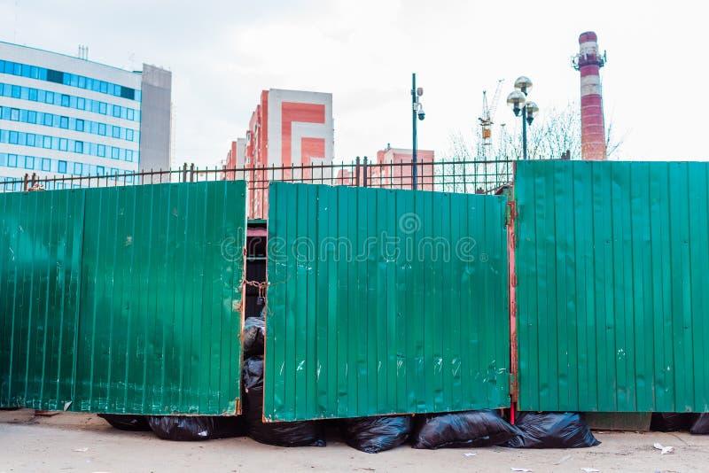 Abfallbehälter und Abfallpakte lizenzfreies stockbild