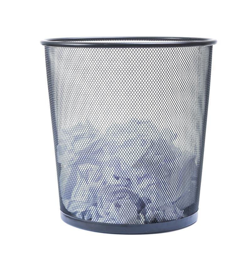 Abfalleimer füllte mit dem zerfallenen Papier, das auf weißem backgroun lokalisiert wurde lizenzfreie stockfotografie
