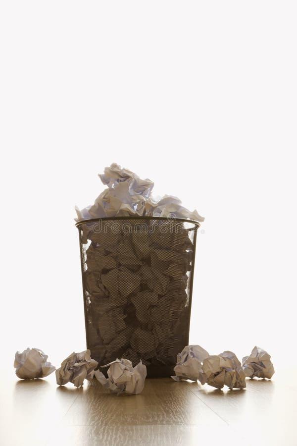 Abfalleimer und Papier. stockbild