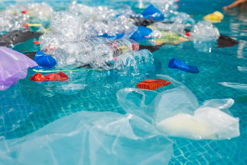 Abfallproblem, Kunststoffrecycling, Verschmutzung und Umweltkonzept - Verschmutzung von Plastikmüll in Wasser lizenzfreies stockfoto