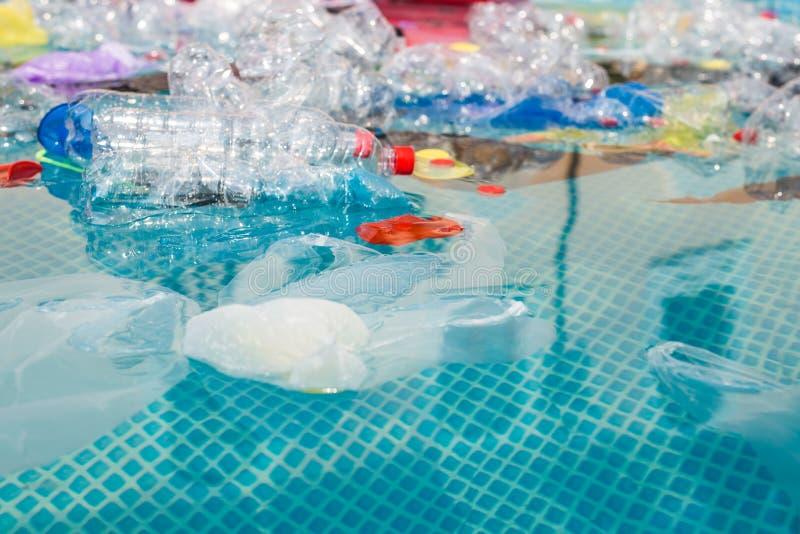 Abfallproblem, Kunststoffrecycling, Verschmutzung und Umweltkonzept - Verschmutzung von Plastikmüll in Wasser lizenzfreie stockfotografie