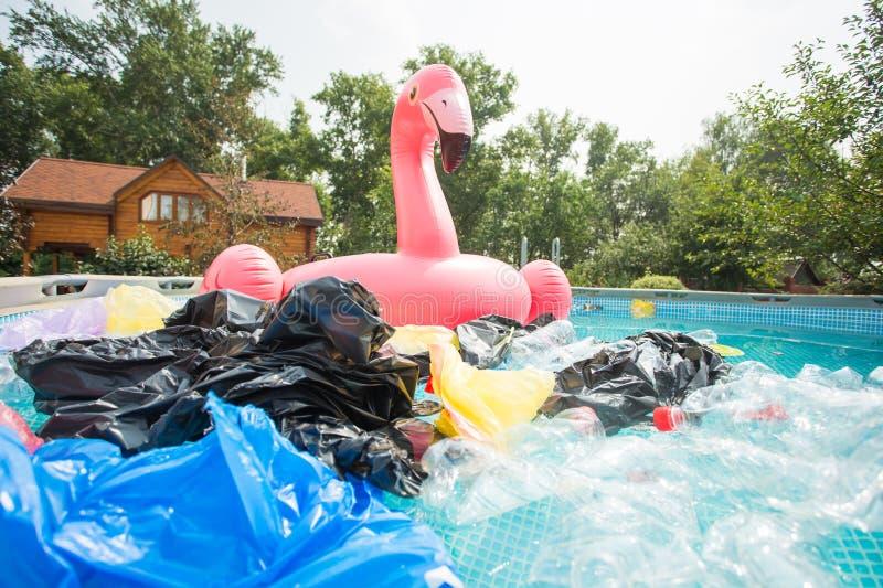 Abfallproblem, Kunststoffrecycling, Verschmutzung und Umweltkonzept - Verschmutzung von Plastikmüll in Wasser lizenzfreie stockbilder