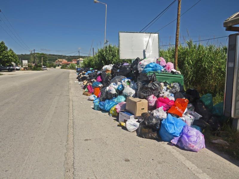 Abfallstreik in der griechischen Insel Korfu Verschmutzung und schlechter Geruch ganz um die Abfallbehälter stockbild