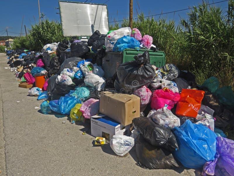Abfallstreik in der griechischen Insel Korfu Verschmutzung und schlechter Geruch ganz um die Abfallbehälter stockfotos