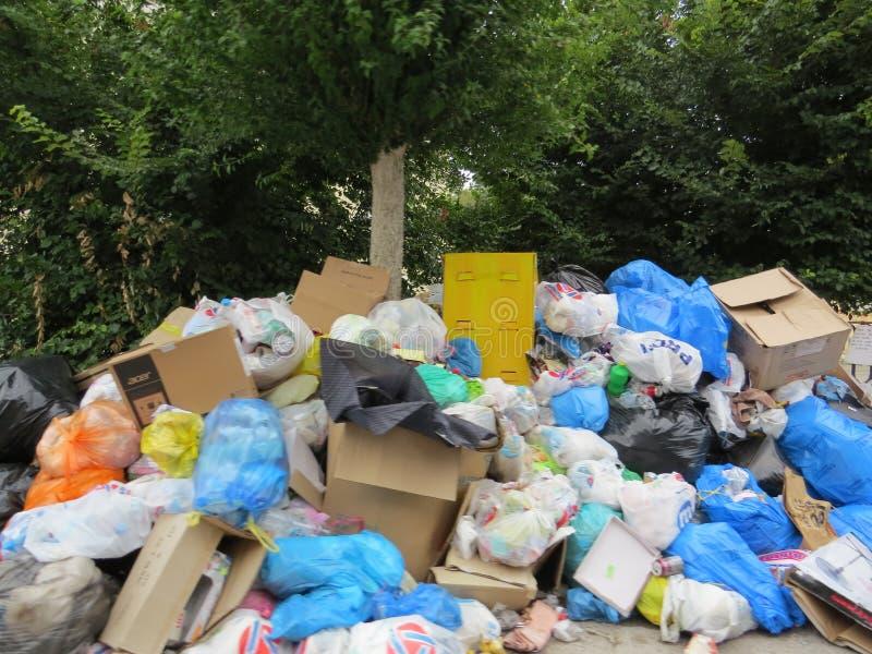 Abfallstreik in der griechischen Insel Korfu Verschmutzung und schlechter Geruch ganz um die Abfallbehälter stockbilder