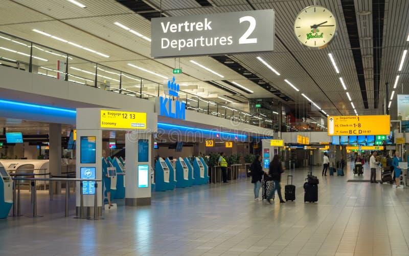 Abfertigungsschalter- und Abfahrthalle in modernem Shiphol-Flughafen stockfotografie