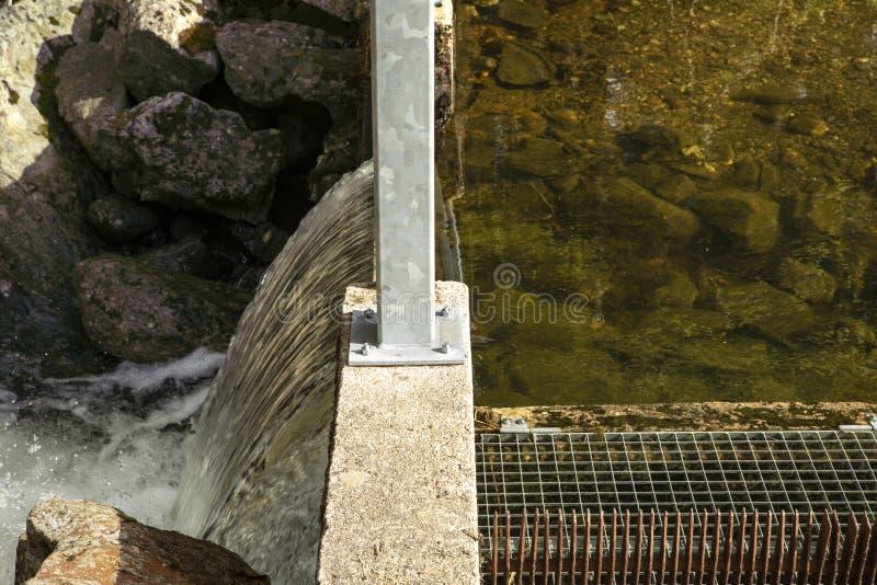 Abflusskanal über einem kleinen Verdammungsabschluß oben Wasserspiegelunterschied Regelung des Wasserspiegeles im See lizenzfreie stockfotos