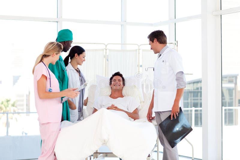 Abfrage zwischen einem Chirurgen und einem Patienten lizenzfreie stockbilder