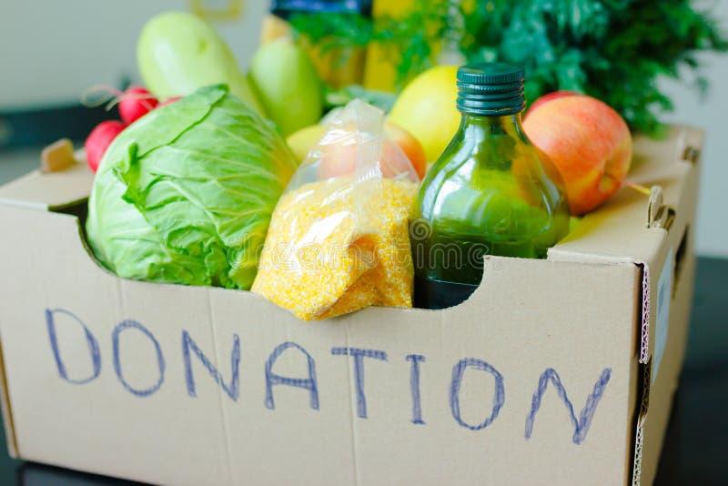 Abgabe von Nahrungsmitteln an Spenderkisten während des Coronavirus COVID-19 Hilfsfonds und Spenden Wohltätigkeitsspenden lizenzfreie stockbilder