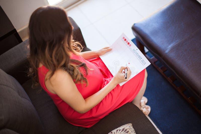 Abgabefrist des Babys an einem Kalender lizenzfreies stockfoto