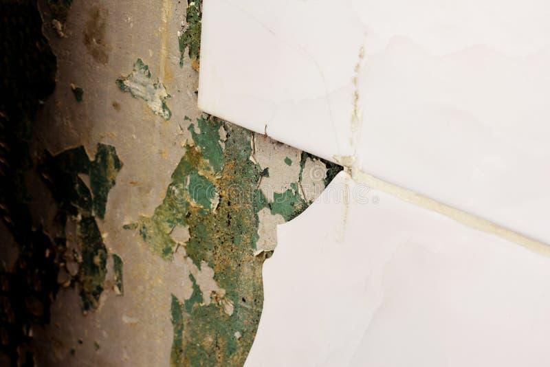 Abgebrochen von den Wandfliesen lizenzfreies stockfoto