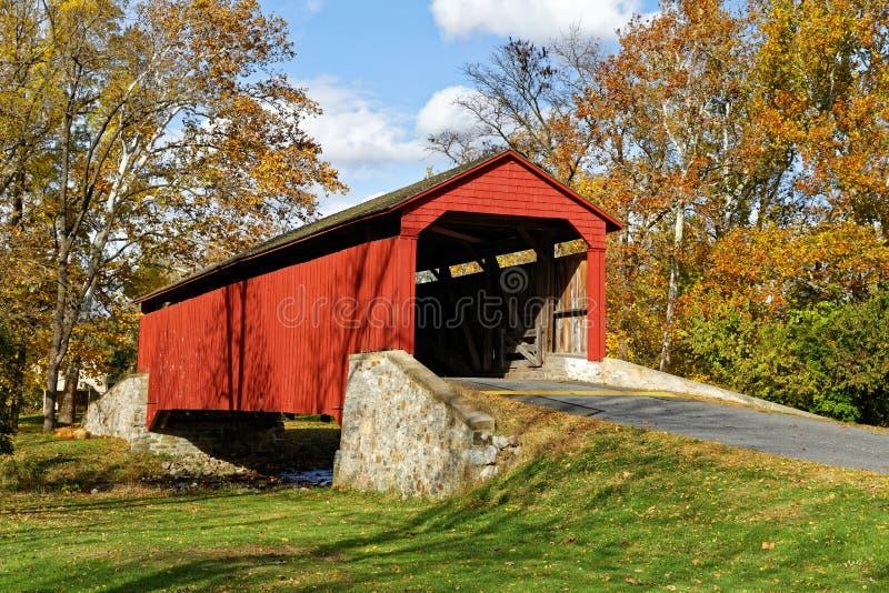Abgedeckte Brücke im Herbst stockfotos