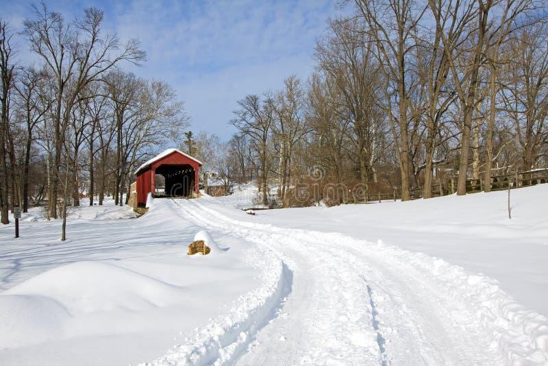 Abgedeckte Brücke im Schnee lizenzfreie stockfotografie