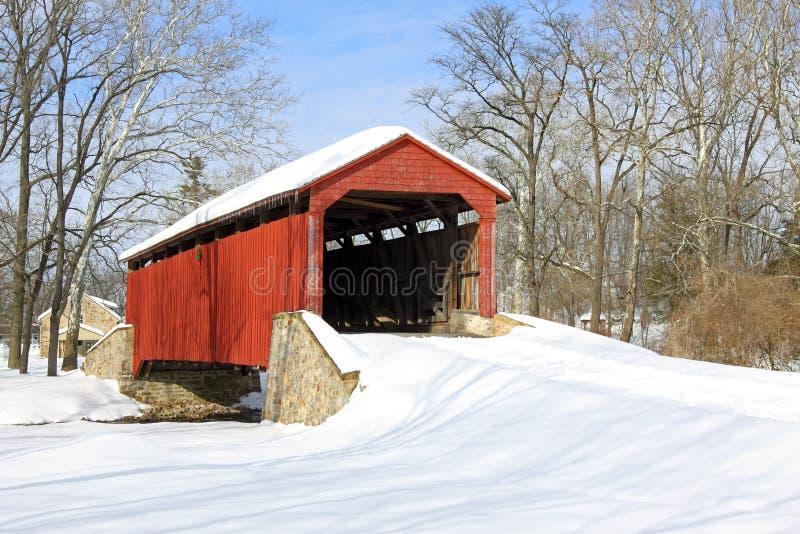Abgedeckte Brücke im Schnee stockfoto
