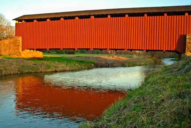 Abgedeckte Brücke am Sonnenuntergang lizenzfreie stockfotos