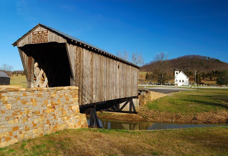 Abgedeckte Brücken-u. Land-Kirche stockfotos