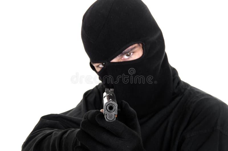 Abgedeckte Mannziele mit Gewehr lizenzfreie stockfotografie
