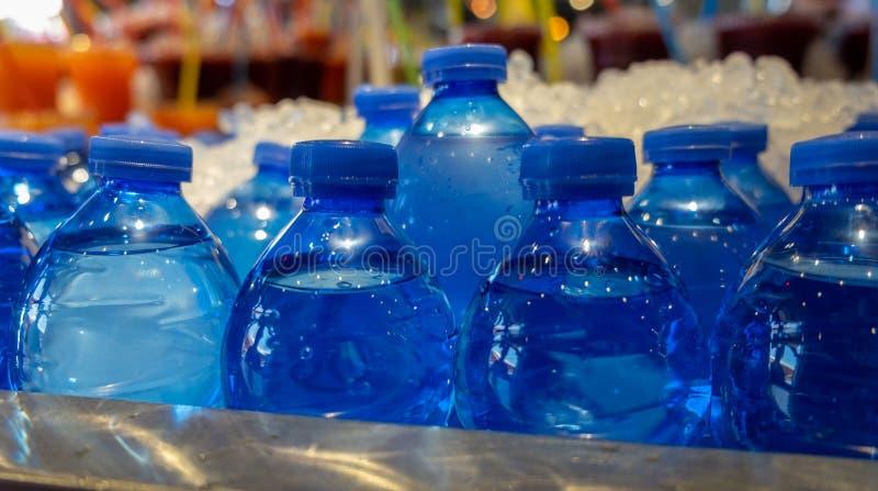 Abgefülltes Mineralwasser im Eis verkauft am sehr heißen Tag stockfotografie