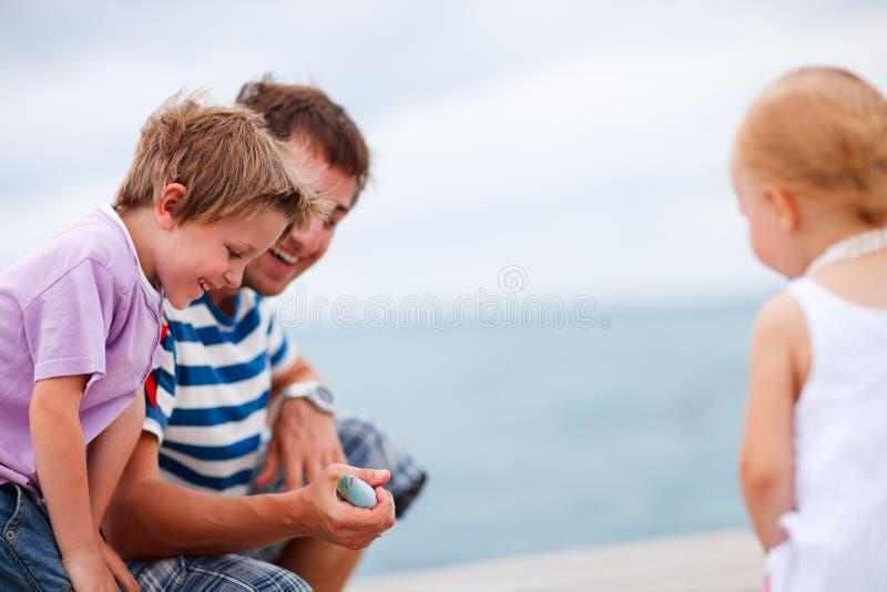 Abgefangene Fische des Vaters Vertretung zu den Kindern stockfotografie