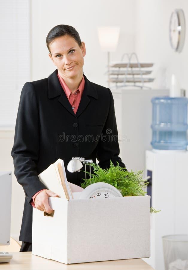 Abgefeuerter tragender Kasten der Geschäftsfrau stockfotos