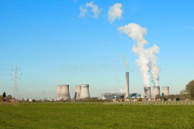 Abgefeuertes Kraftwerk die Fähre des Fiedlers Kohle stockbild