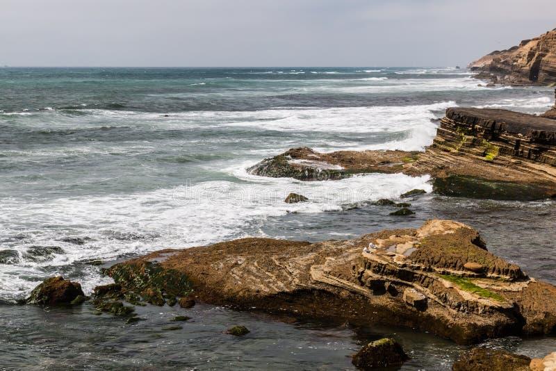 Abgefressene Felsformationen am Punkt Loma Tide Pools lizenzfreies stockfoto