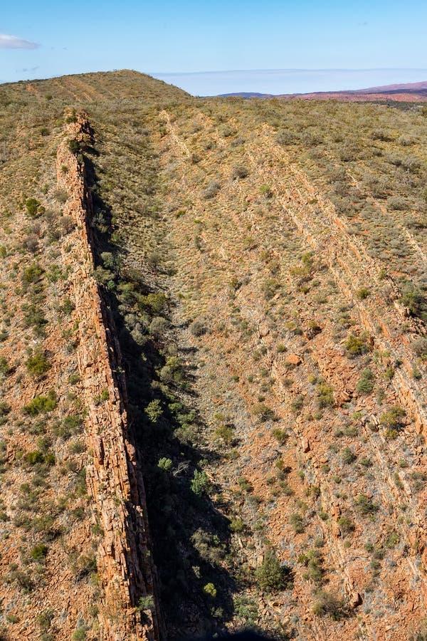 Abgefressene Kanten in den Hügeln nahe Glen Helen Gorge lizenzfreie stockbilder