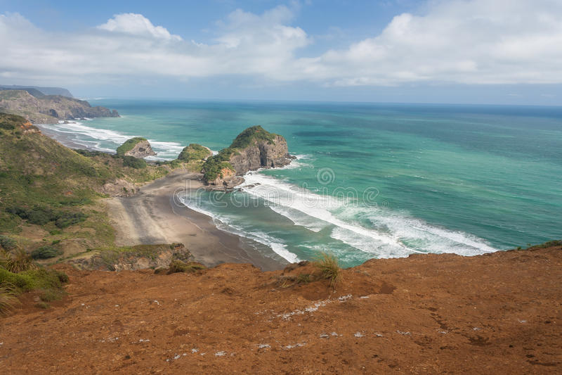 Abgefressene Klippen auf Neuseeland-Küste lizenzfreies stockbild