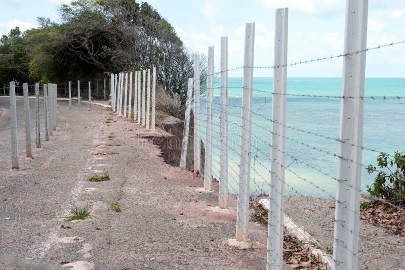 Abgefressene Klippenstraße auf brasilianischer Küste lizenzfreie stockfotografie