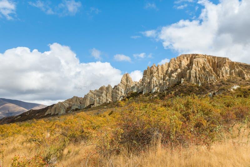 Abgefressene Lehmklippen mit scharfen Berggipfeln und tiefe Schluchten nahe Omarama in Neuseeland stockfotografie