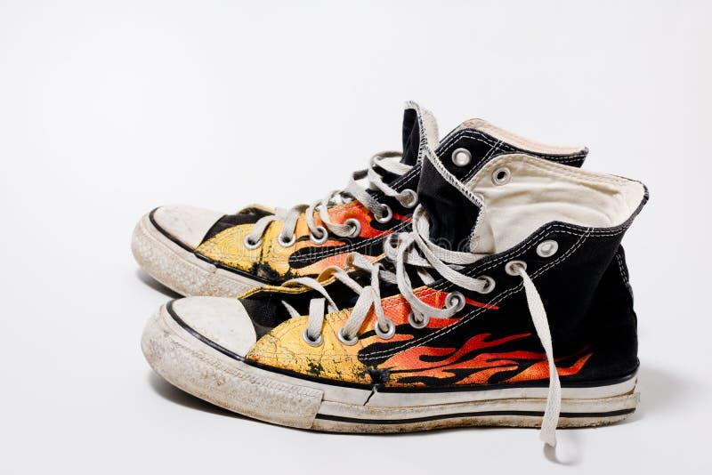 Abgenutzte gegenteilige All-Star- Schuhe lizenzfreie stockfotos